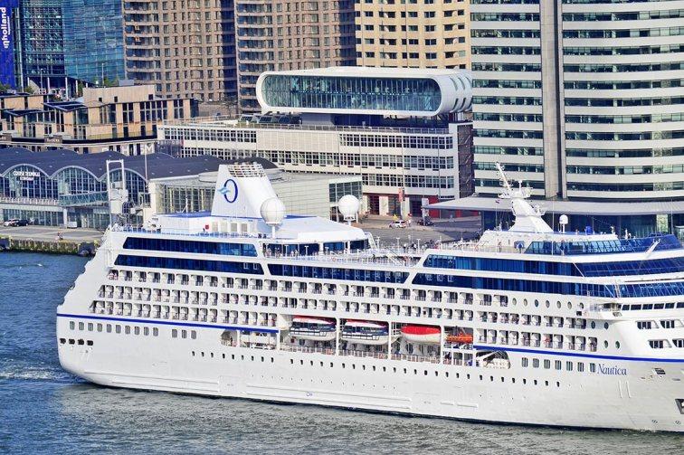 Crucero atravesando río Nieuwe Maas centro Rotterdam