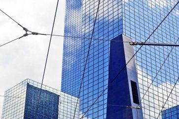 Reflejos edificios y rascacielos centro financiero Rotterdam