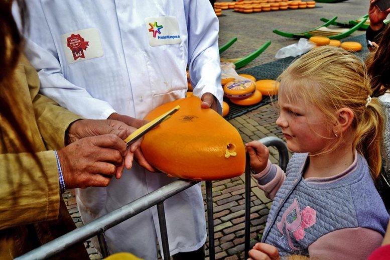 Niña queso Gouda Plaza del Mercado Alkmaar