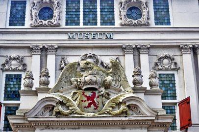 Escudo nobleza águila museo centro Rotterdam