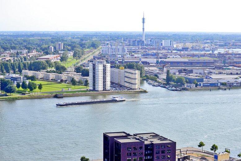 Panorámica barco mercancías Euromast río Rotterdam
