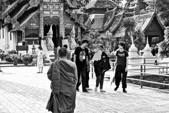 Buda espaldas estudiantes tailandeses plaza templo Wat Chedi Luang Chiang Mai blanco y negro