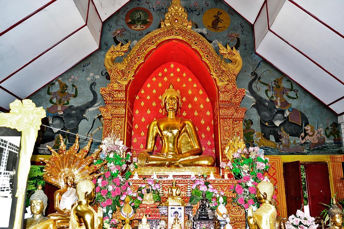 Altar ofrendas templo buda oro Chiang Mai