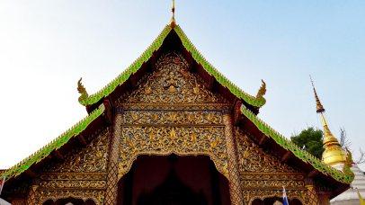 Fachada decoración dorado templo tejado verde Chiang Mai Tailandia