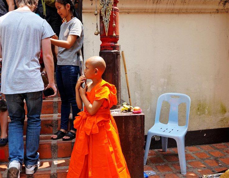 Niño buda traje naranja escaleras Doi Suthep