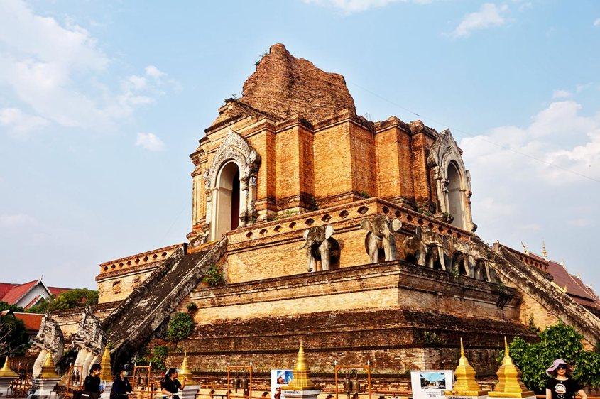 Montaña templo destrucción terremoto Wat Chedi Luang Chiang Mai