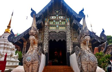 Puerta entrada dragones templo budista centro histórico Chiang Mai