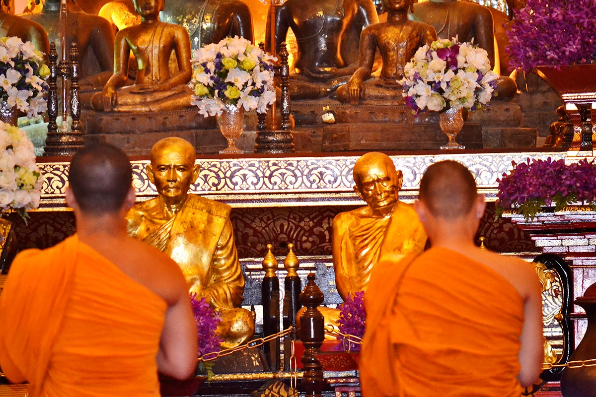 Monjes mirando monjes budistas templo Chiang Mai