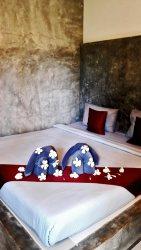 Decoración cama toallas elefantes flores habitación Ao Nang Paradise resort Krabi