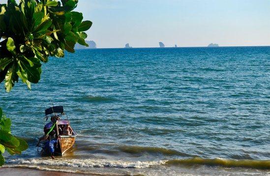 Turistas bajando long tail boat puerto Ao Nang Krabi Tailandia