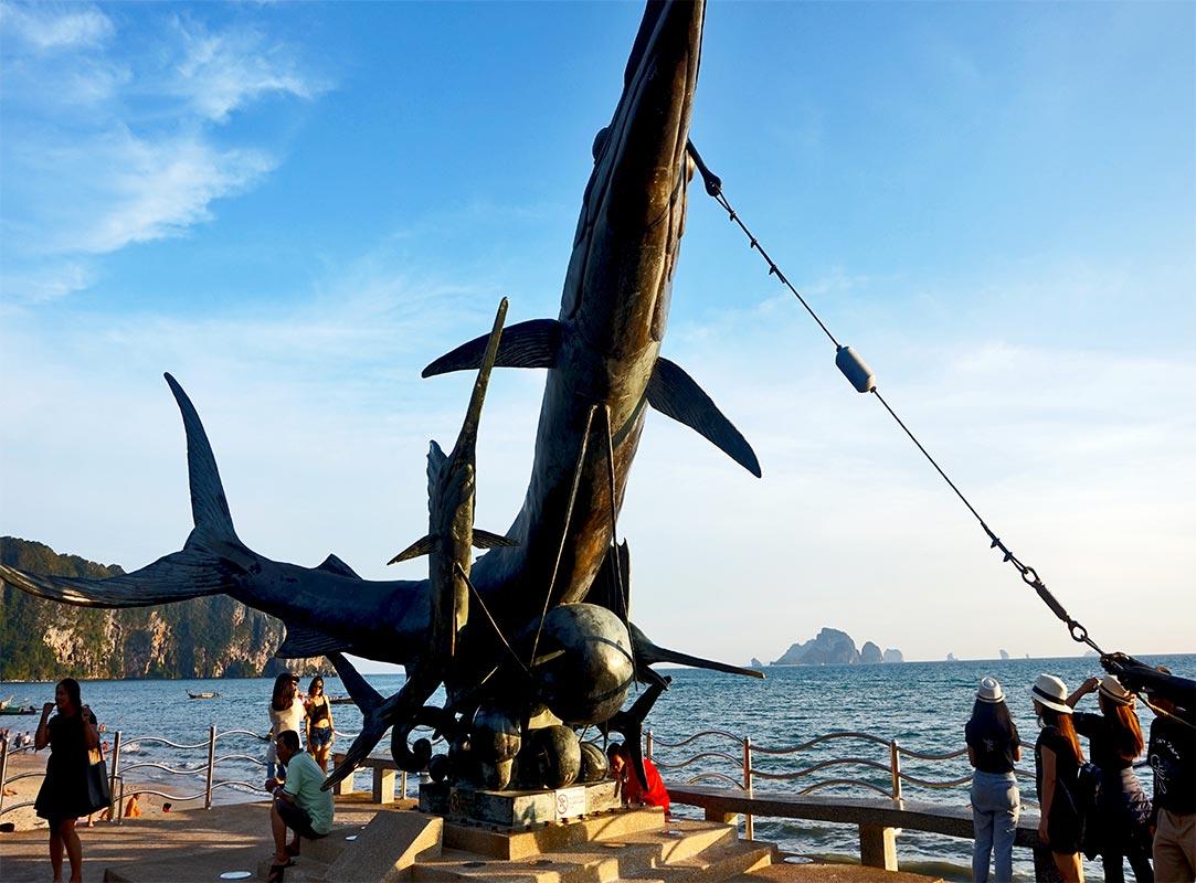 Escultura tiburón cables marineros paseo marítimo Ao Nang Krabi