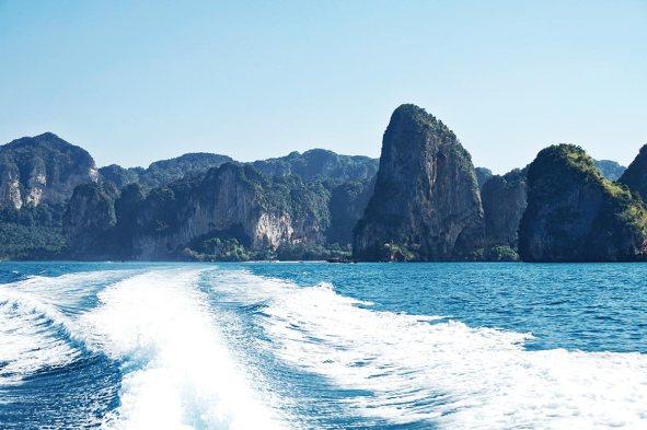 Vista trasera long tail boat montañas vegetación Krabi Tailandia
