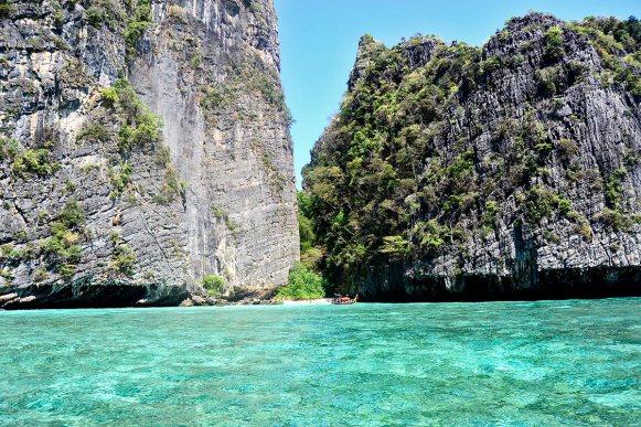 Aguas cristalinas montañas acantilados long tail boat Kho Phi Phi Tailandia