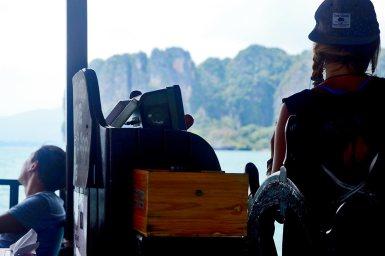 Espaldas tripulación Krabi Sunset Cruises barco montañas 4 islands Krabi