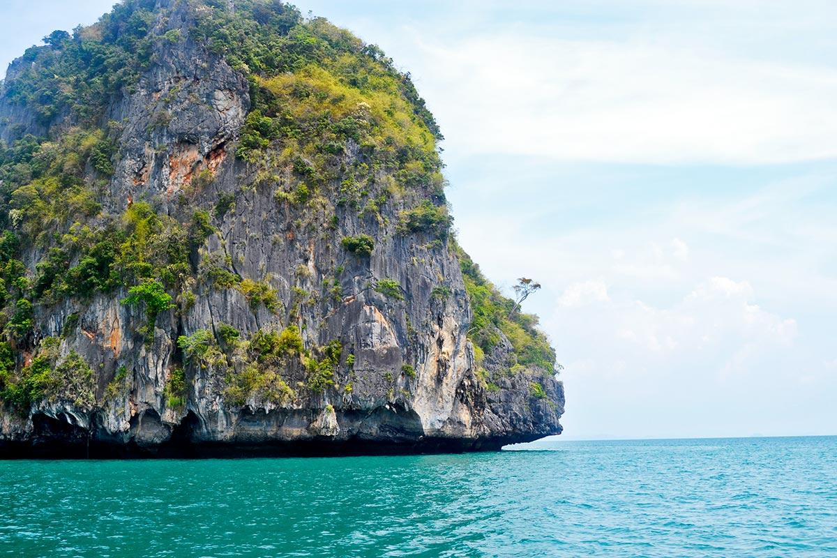 Montaña gigante vegetación aguas turquesas 4 islands Tailandia