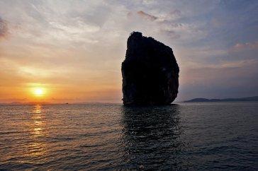 Puesta sol gran roca barco Sunset Cruises 4 island tours Krabi Tailandia