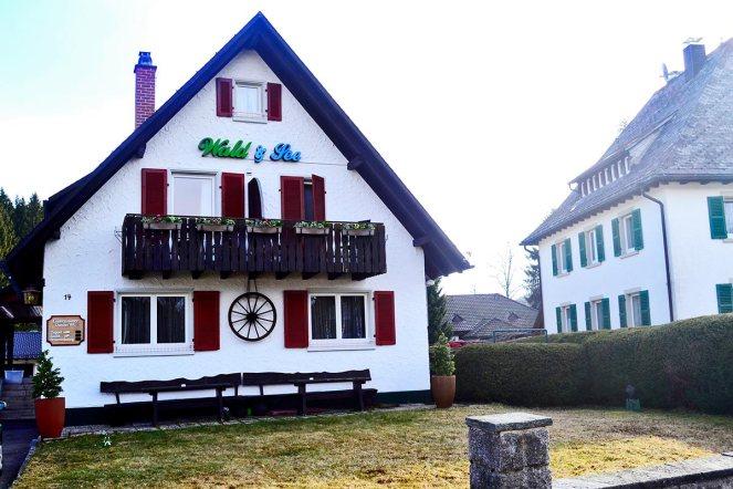 Fachada vivienda típica madera proximidades lago Titisee Alemania