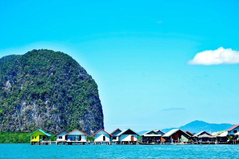Panorámica casas flotantes colores Aldea Panyi islote Bahía Phang Nga Tailandia