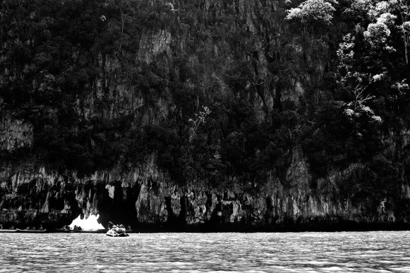 Kayak gruta cueva bahía Phang Nga Tailandia blanco y negro