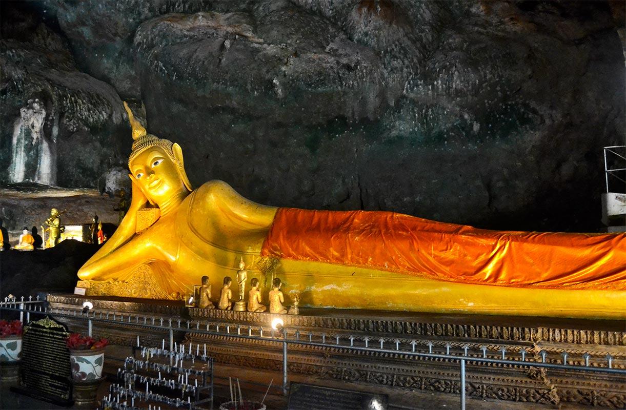 Buda oro reclinado manto naranja cuevas de Tham Lod Tailandia