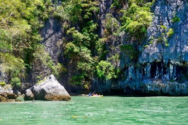 Canoa aguas turquesas grutas cuevas bahía Phang Nga Tailandia