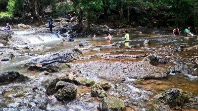 Rocas arrollo río familias tailandesas baño mas Andamán