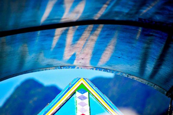 Proa long tail boat colores fondo Mar Andamán Tailandia