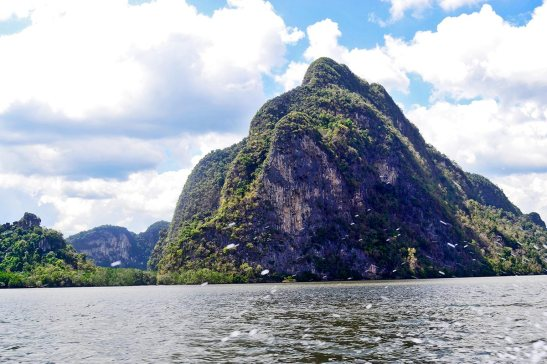 Montañas vegetación lancha rápida mar Andamán Tailandia