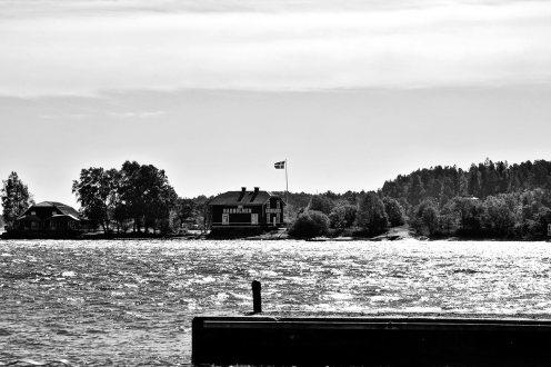 Casa típica sueca bandera archipiélago Estocolmo blanco y negro