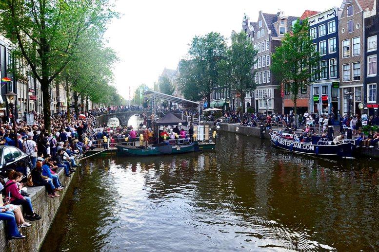 Público esperando canal Voorburgwal Fiesta Orgullo Gay Amsterdam