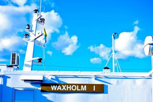 Barco blanco transporte coches Vaxholm Suecia