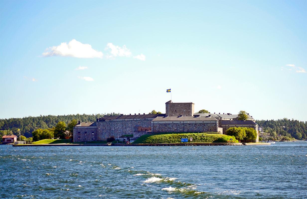 Fortaleza defensiva militar bandera Suecia mar Vaxholm