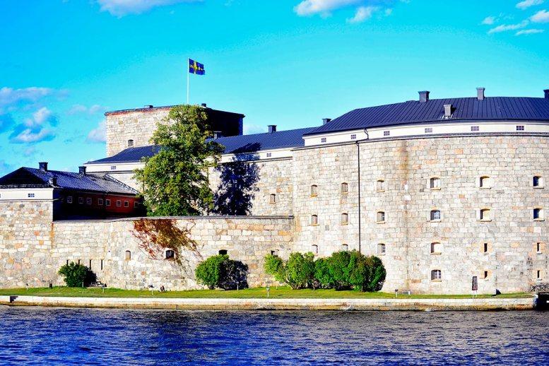Fortaleza defensiva muro bandera Suecia aguas Vaxholm