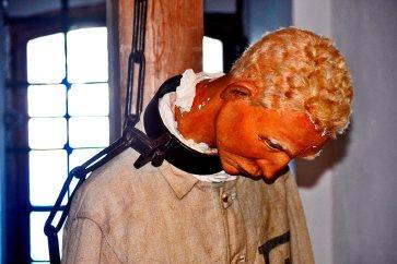 Muñeco preso cuello doblado argolla prisión fortaleza Vaxholm Suecia