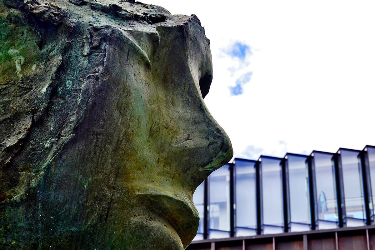Escultura rostro piedra Amsterdams Historisch Museum