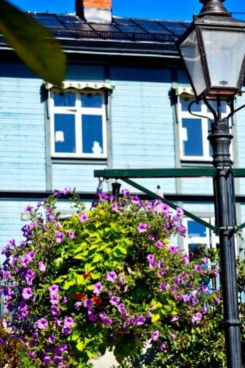 Farola flores lilas vivienda tradicional madera Vaxholm Suecia