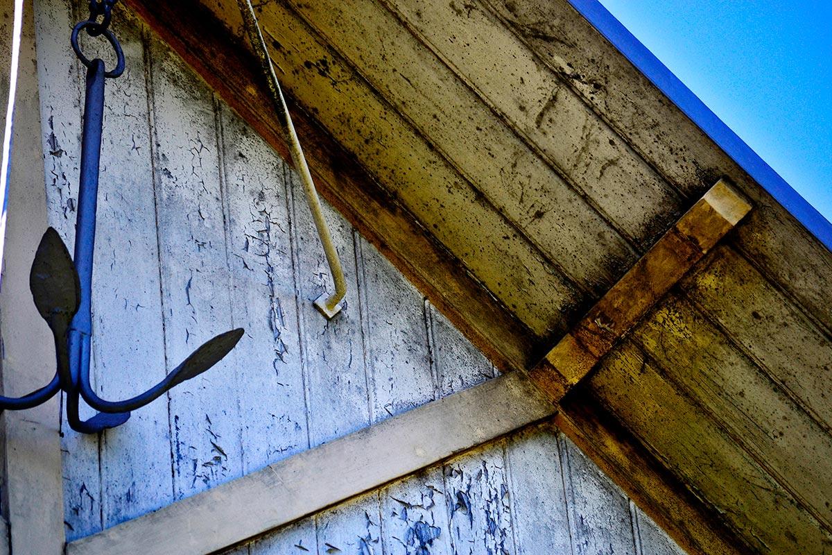 Ancla colgando fachada tejado madera casa Vaxholm