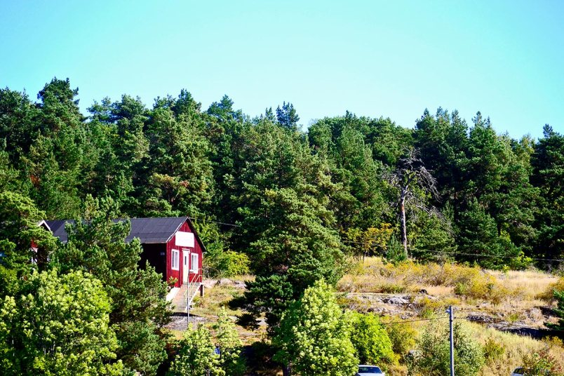 Paisaje bosques casa madera roja archipiélago Estocolmo Suecia