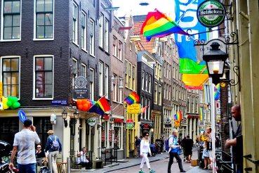Banderas arco iris barrio gay Warmoesstraat Amsterdam