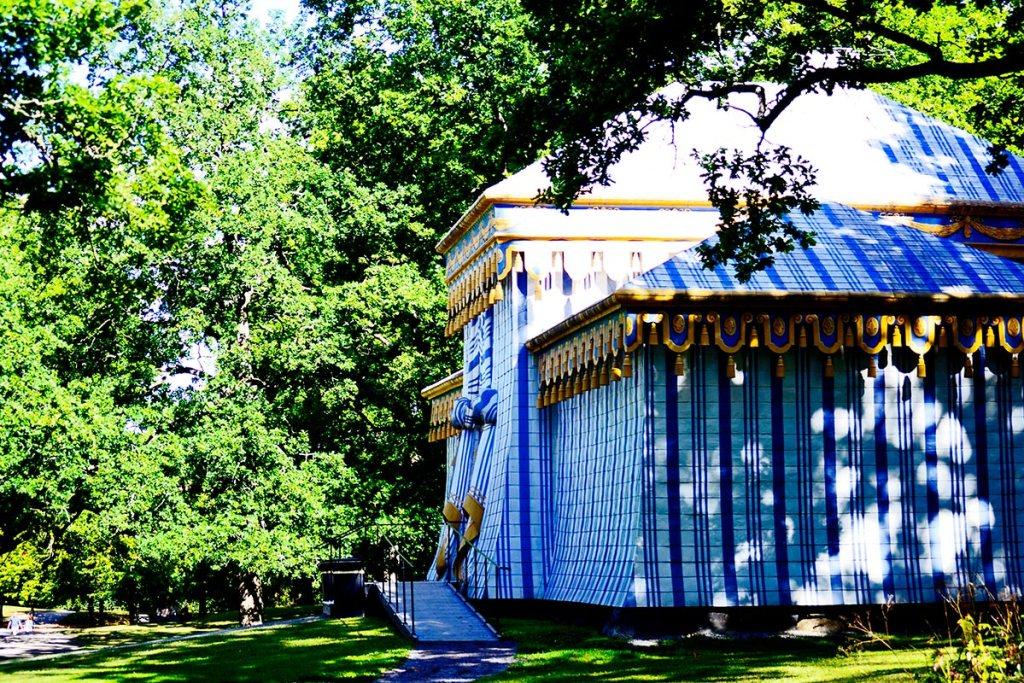 Vista lateral pabellón feria medieval teatro real tela rallas jardines Palacio Drottningholm Suecia