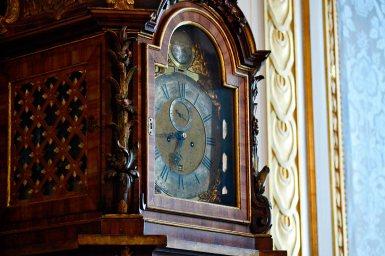 Detalle reloj péndulo madera agujas interior Palacio Drottningholm Suecia