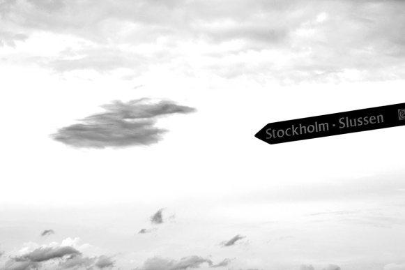 Señalización Estocolmo Slussen cielo blanco y negro