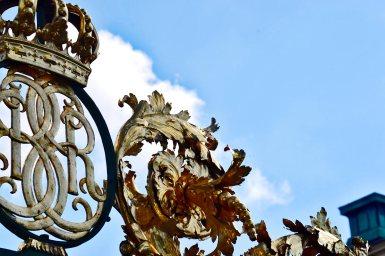 Escudos siglas Familia Real Suecia puertas entrada jardines Palacio Drottningholm Estocolmo Suecia