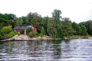Vistas casa madera roja veraneo aguas parque natural Suecia Fjaderholmarna