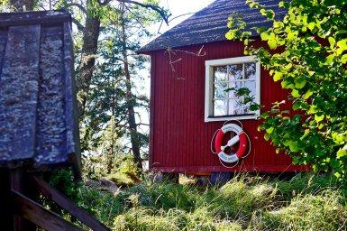 Típica casa madera roja flotador parque natural Grinda Suecia