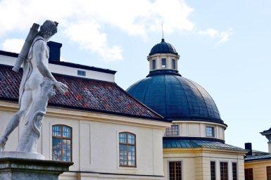 Escultura mitológica mirando cúpula Palacio Real Drottningholm Suecia