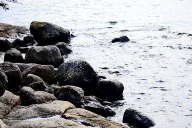 Rocas orilla isla Fjaderholmarna Suecia