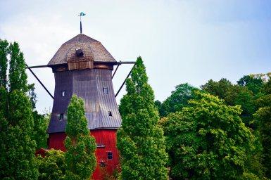Panorámica molino grano harina madera roja parque natural Suecia