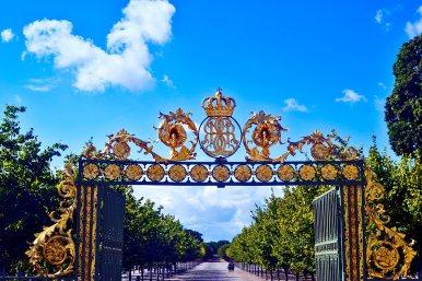 Puerta principal decoración oro corona real entrada jardines Palacio Drottningholm Suecia