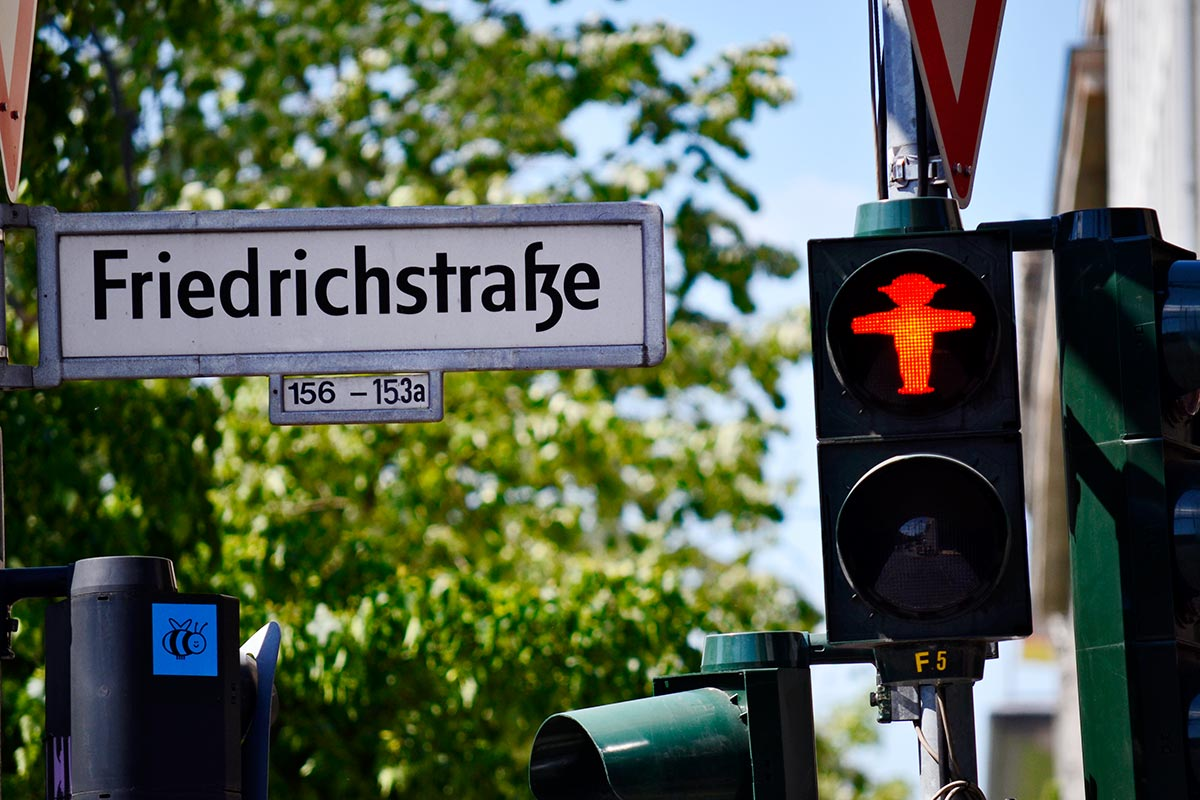 Muñeco rojo Ampelmann semáforo rótulo calle Friedrichstrase Berlín Alemania
